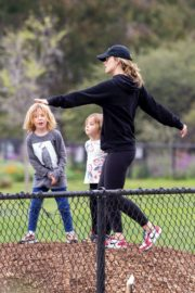 Olivia Wilde with her kids to a local park in Los Angeles, California 2020/03/26 5