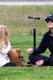 Olivia Wilde with her kids to a local park in Los Angeles, California 2020/03/26 6