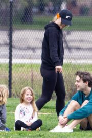 Olivia Wilde with her kids to a local park in Los Angeles, California 2020/03/26 7