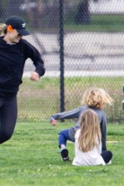 Olivia Wilde with her kids to a local park in Los Angeles, California 2020/03/26 8