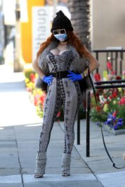 Phoebe Price wears her own mask and gloves in Beverly Hills 2020/03/26 1