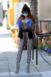 Phoebe Price wears her own mask and gloves in Beverly Hills 2020/03/26 4