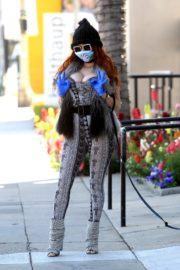 Phoebe Price wears her own mask and gloves in Beverly Hills 2020/03/26 6