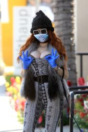 Phoebe Price wears her own mask and gloves in Beverly Hills 2020/03/26 7