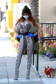 Phoebe Price wears her own mask and gloves in Beverly Hills 2020/03/26 8