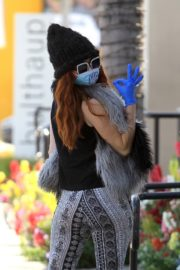 Phoebe Price wears her own mask and gloves in Beverly Hills 2020/03/26 9