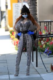 Phoebe Price wears her own mask and gloves in Beverly Hills 2020/03/26 10