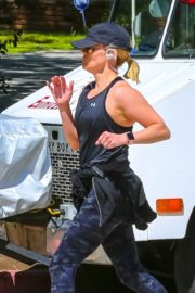 Reese Witherspoon jogging out in Brentwood 2020/03/23 1