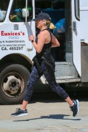 Reese Witherspoon jogging out in Brentwood 2020/03/23 3