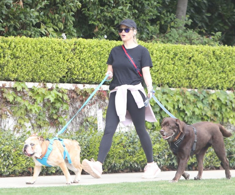 Reese Witherspoon walking her dogs out in Pacific Palisades 2020/03/24 1