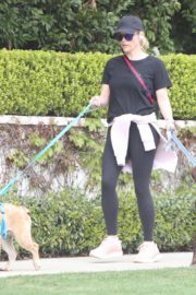 Reese Witherspoon walking her dogs out in Pacific Palisades 2020/03/24 4