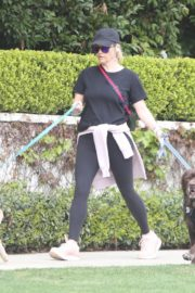 Reese Witherspoon walking her dogs out in Pacific Palisades 2020/03/24 6
