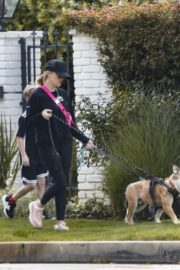 Reese Witherspoon walking her dogs out in Pacific Palisades 2020/03/24 9