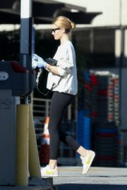 Rosie Huntington-Whiteley wears a mask while shopping in Los Angeles 2020/03/25 1