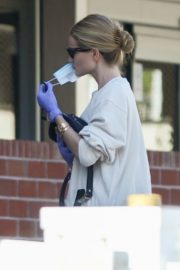 Rosie Huntington-Whiteley wears a mask while shopping in Los Angeles 2020/03/25 2