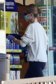 Rosie Huntington-Whiteley wears a mask while shopping in Los Angeles 2020/03/25 7