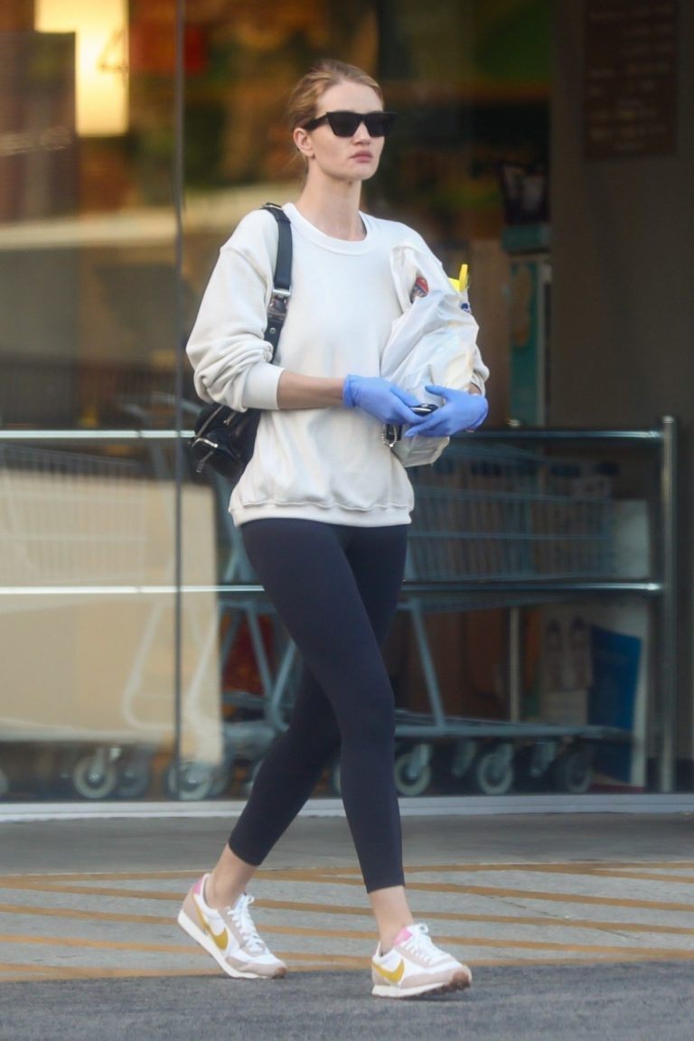 Rosie Huntington-Whiteley wears a mask while shopping in Los Angeles 2020/03/25 8