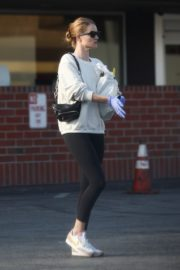 Rosie Huntington-Whiteley wears a mask while shopping in Los Angeles 2020/03/25 10