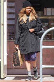 Tyra Banks seen in a grocery run in Los Angeles 2020/03/25 1