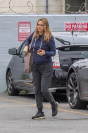 Alicia Silverstone seen in shweatshirt and grey lower out in Los Angeles 2020/04/13 2