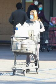 Ariel Winter Shopping for groceries at Gelson's in Los Angeles 2020/04/11 11