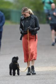 Ashley James walk with her dog out in London 2020/04/01 7