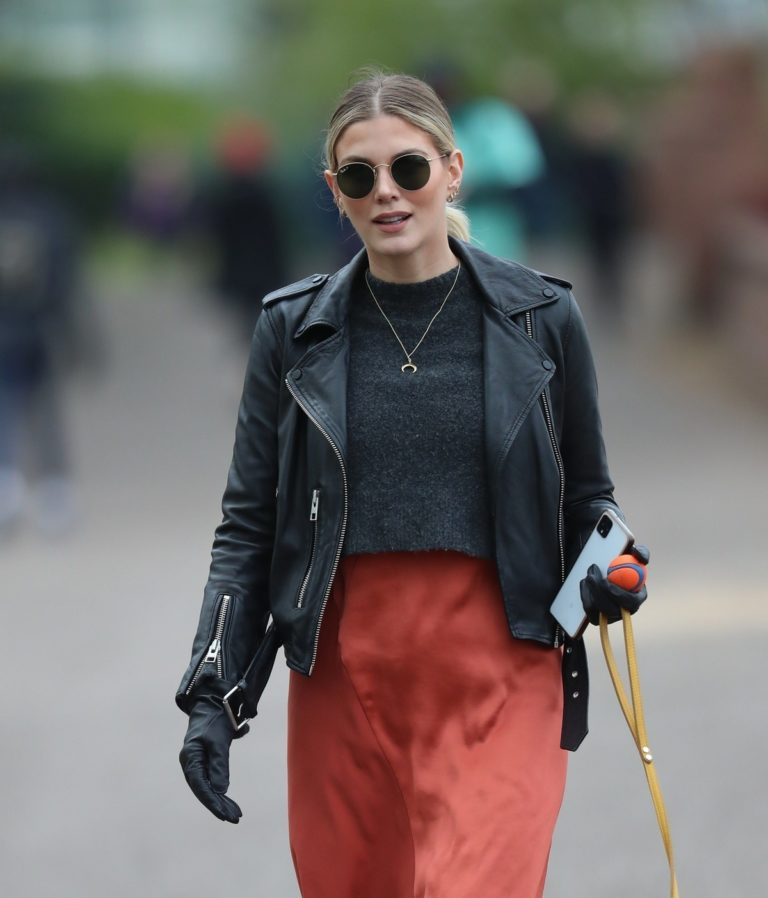 Ashley James walk with her dog out in London 2020/04/01 9