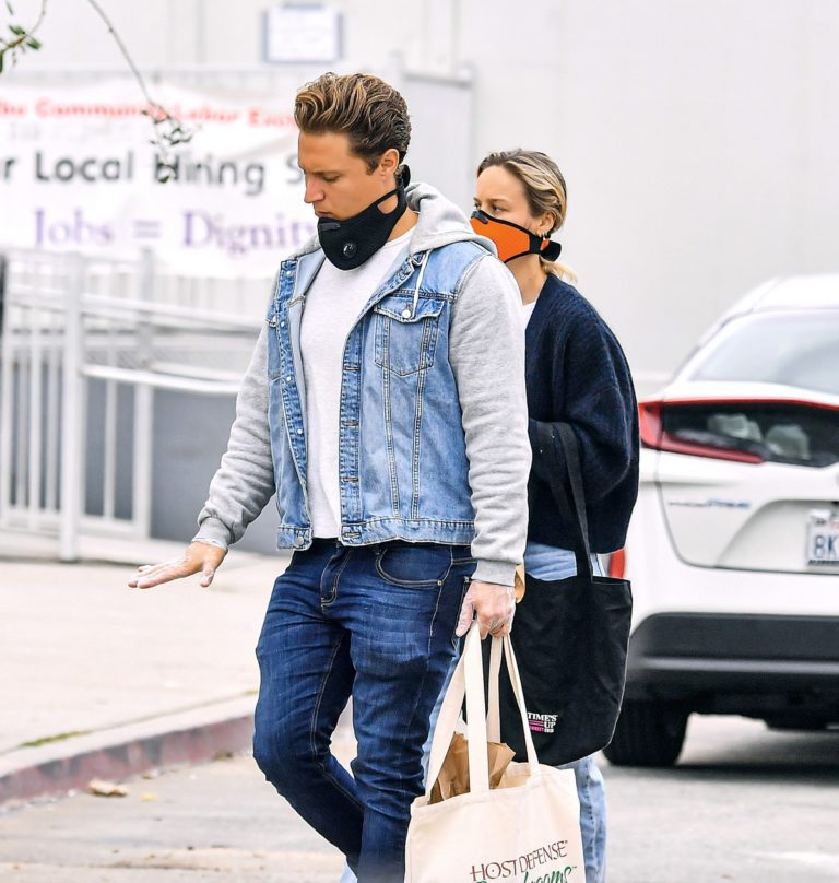 Brie Larson with her boyfriend Elijah Allan-Blitz shopping at the Farmers Market in Malibu 2020/04/12 1