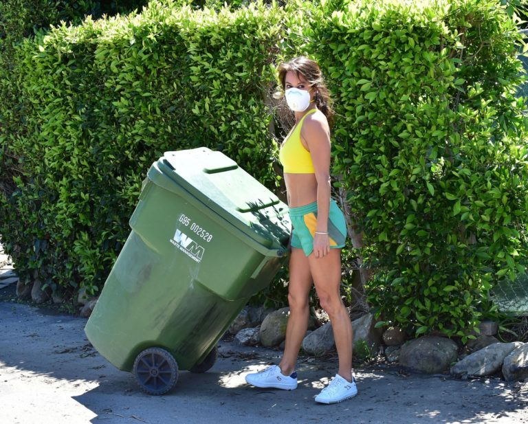 Brooke Burke taking out the garbage in Malibu 2020/03/21 12