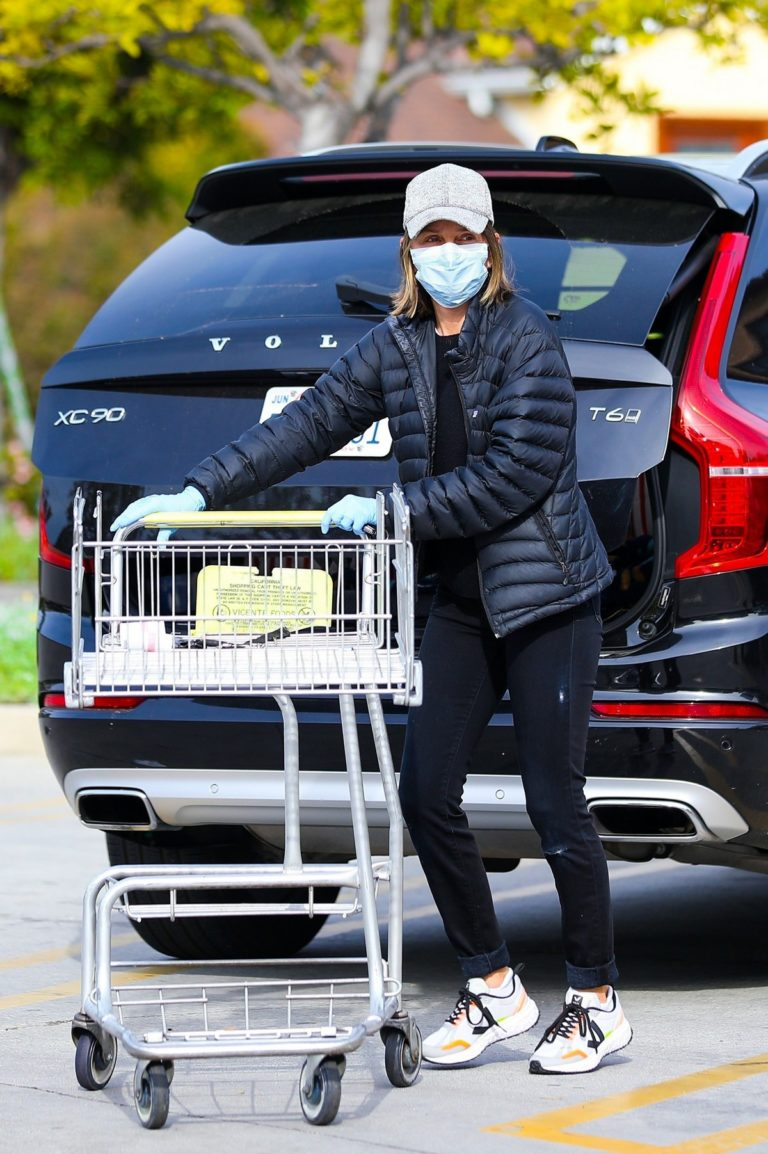 Calista Flockhart shopping for groceries in Santa Monica 2020/03/31 6