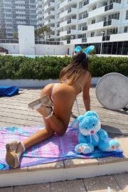 Claudia Romani poses an Easter Bunny in her building in Miami, Florida 2020/04/09 1