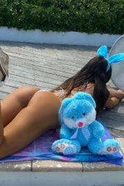 Claudia Romani poses an Easter Bunny in her building in Miami, Florida 2020/04/09 3