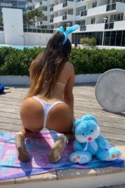 Claudia Romani poses an Easter Bunny in her building in Miami, Florida 2020/04/09 4