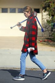 Cobie Smulders seen in red checked shirt with blue denim out in Los Angeles 2020/04/08 4