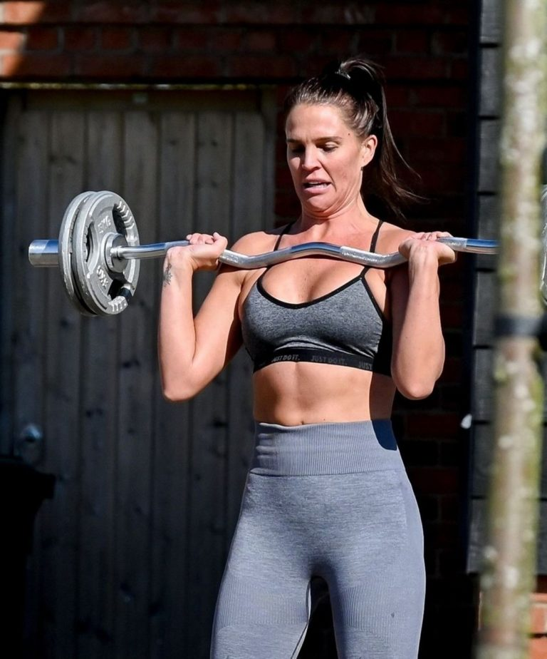 Danielle Lloyd work out outside her home in Liverpool 2020/04/05 2