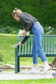 Diane Kruger goes park bench for her baby daughter in Los Angeles 2020/04/08 3