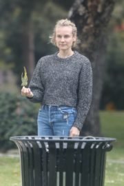 Diane Kruger goes park bench for her baby daughter in Los Angeles 2020/04/08 4