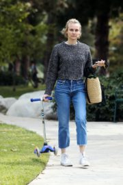 Diane Kruger goes park bench for her baby daughter in Los Angeles 2020/04/08 6