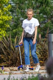 Diane Kruger goes park bench for her baby daughter in Los Angeles 2020/04/08 7