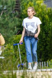 Diane Kruger goes park bench for her baby daughter in Los Angeles 2020/04/08 8