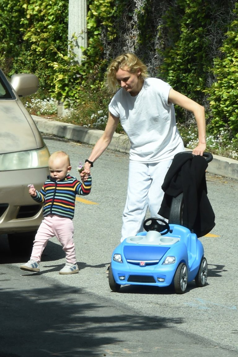 Diane Kruger with her daughter out in Los Angeles 2020/04/07 1