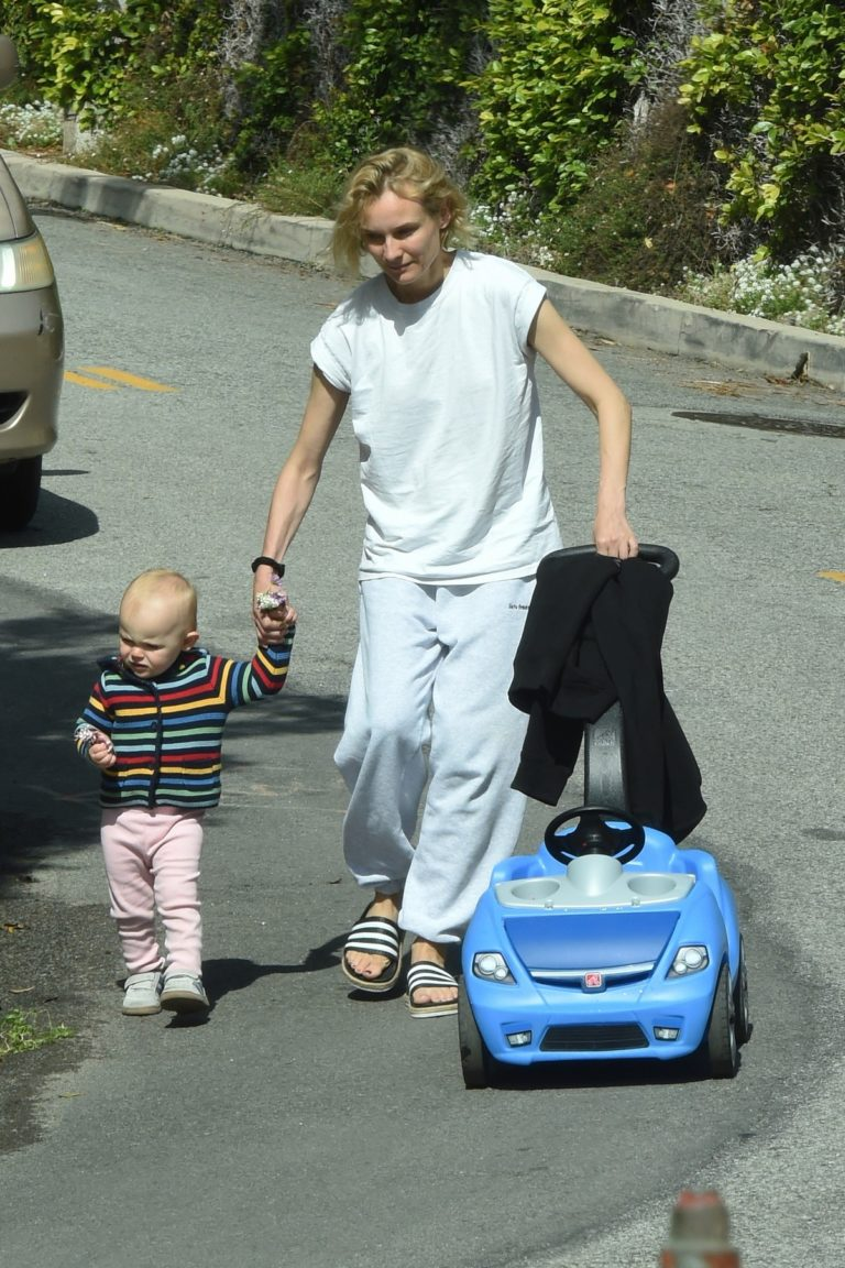 Diane Kruger with her daughter out in Los Angeles 2020/04/07 2
