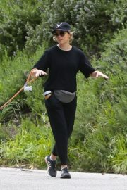 Elizabeth Banks walks with her dog in the Hollywood Hills 2020/04/07 1