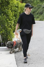 Elizabeth Banks walks with her dog in the Hollywood Hills 2020/04/07 3