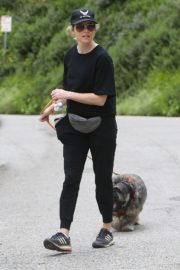 Elizabeth Banks walks with her dog in the Hollywood Hills 2020/04/07 4