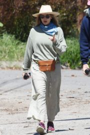 Elizabeth Olsen and fiance Robbie Arnett with homemade masks out in Hollywood Hills 2020/04/11 3
