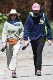 Elizabeth Olsen and fiance Robbie Arnett with homemade masks out in Hollywood Hills 2020/04/11 6