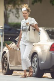 Elle Macpherson Shopping Out in Miami 2020/04/10 1