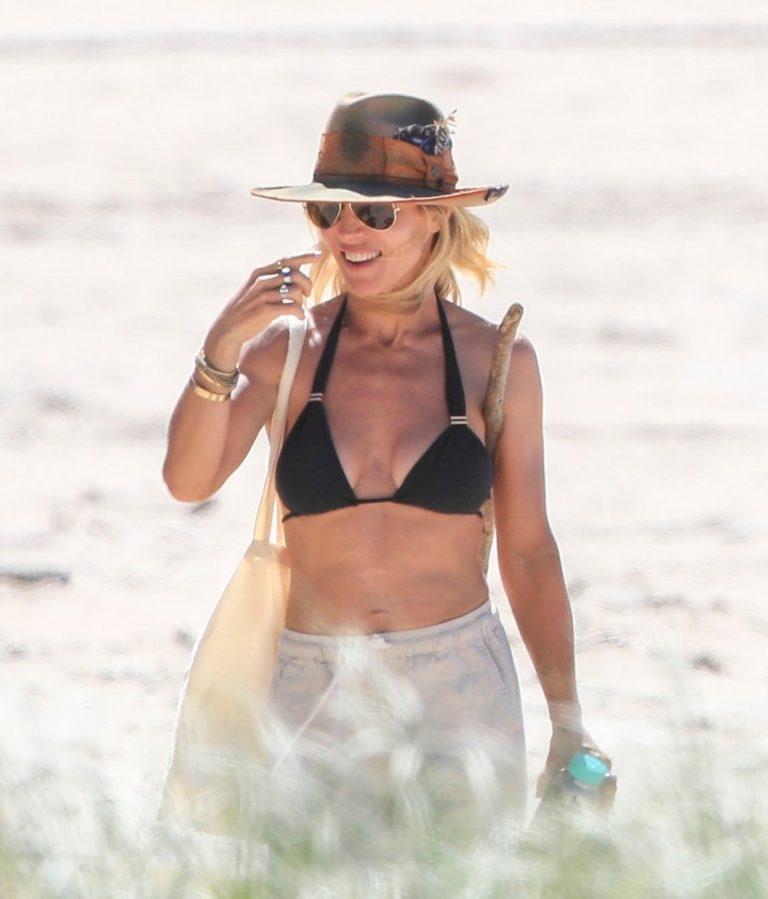 Elsa Pataky in Black Bikini on the beach in Byron Bay 2020/04/05 9