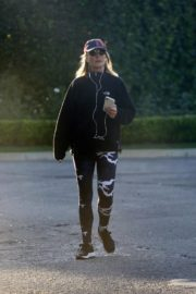Helen Hunt out for walk in Brentwood 2020/04/13 2